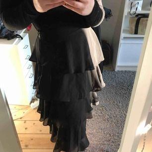 Kjol från Na-KD i storlek 34. Använd ett fåtal gånger och därför är den i jättebra skick! Köparen står för frakten🖤