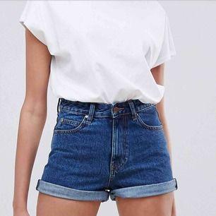 Highwaisted shorts från Dr. Denim i bra skick använda fåtal gånger pga köpte för stor storlek. Midja storlek 29. Passar storlek 28-29. ✨🌸