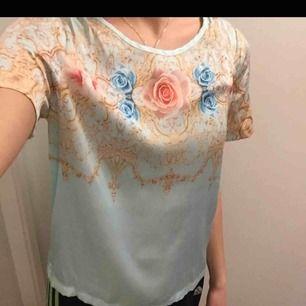 Jättefin blus/t-shirt från Monki av Ida Sjöstedt. Aldrig använd. Storlek S. ✨✨