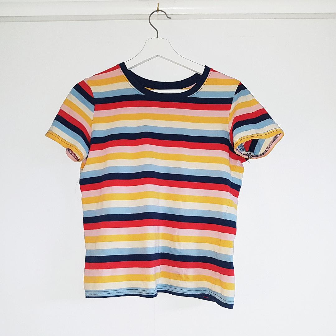Randig t-shirt, somrig fin och färgglad.. T-shirts.