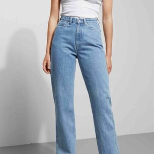 Jeans från weekday i modellen Row! Min absoluta favoritmodell, superbekväma och snygga. 💕 färg: sky blue. Buda gärna, utgångspris 200kr!