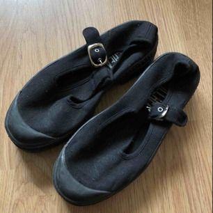 • Superfina skor, passar perfekt till alla äventyr i varmare väder!  • Storlek 36, men passar 37 som en smäck!  • Använda någon enstaka gång, tyvärr har en ring på spännet lossnat.  • + 63kr i frakt eller avhämtning