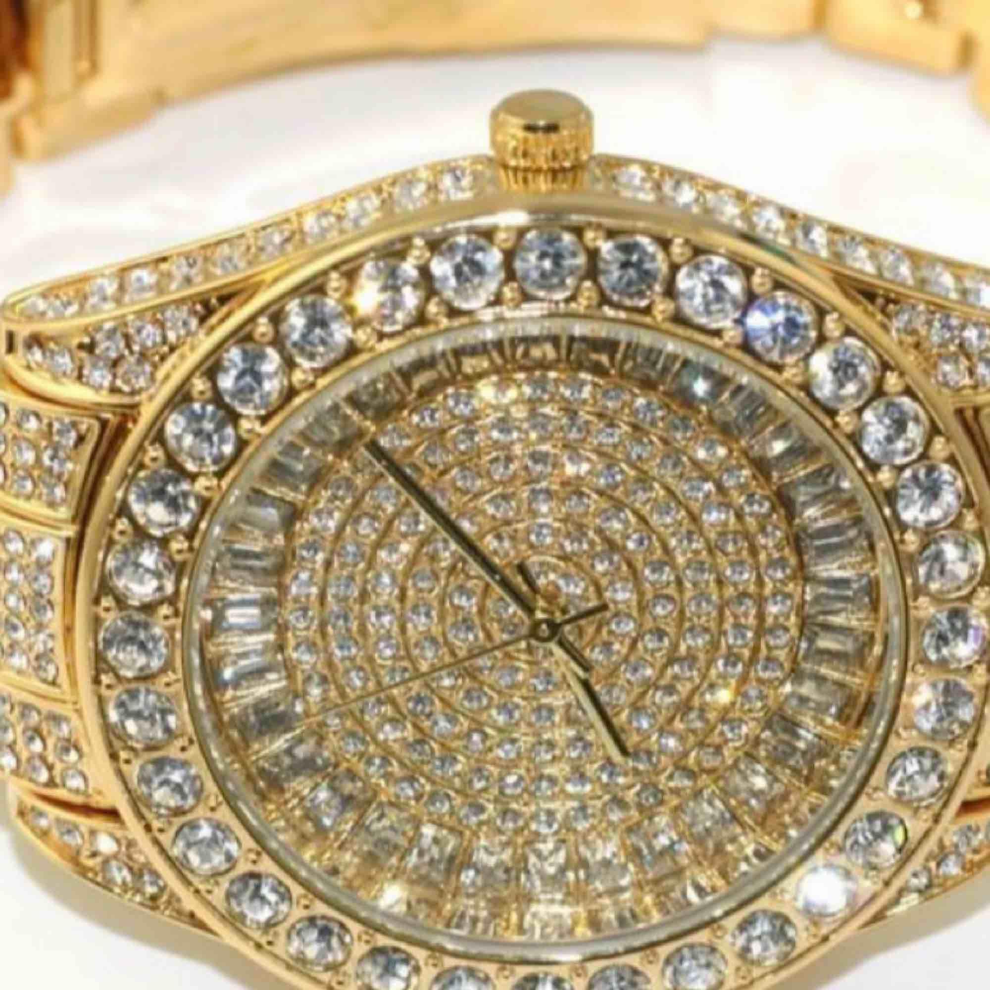 En iced out klocka köpt från USA. Säljs för 300kr för används nt. Köpt för 1300kr. Accessoarer.