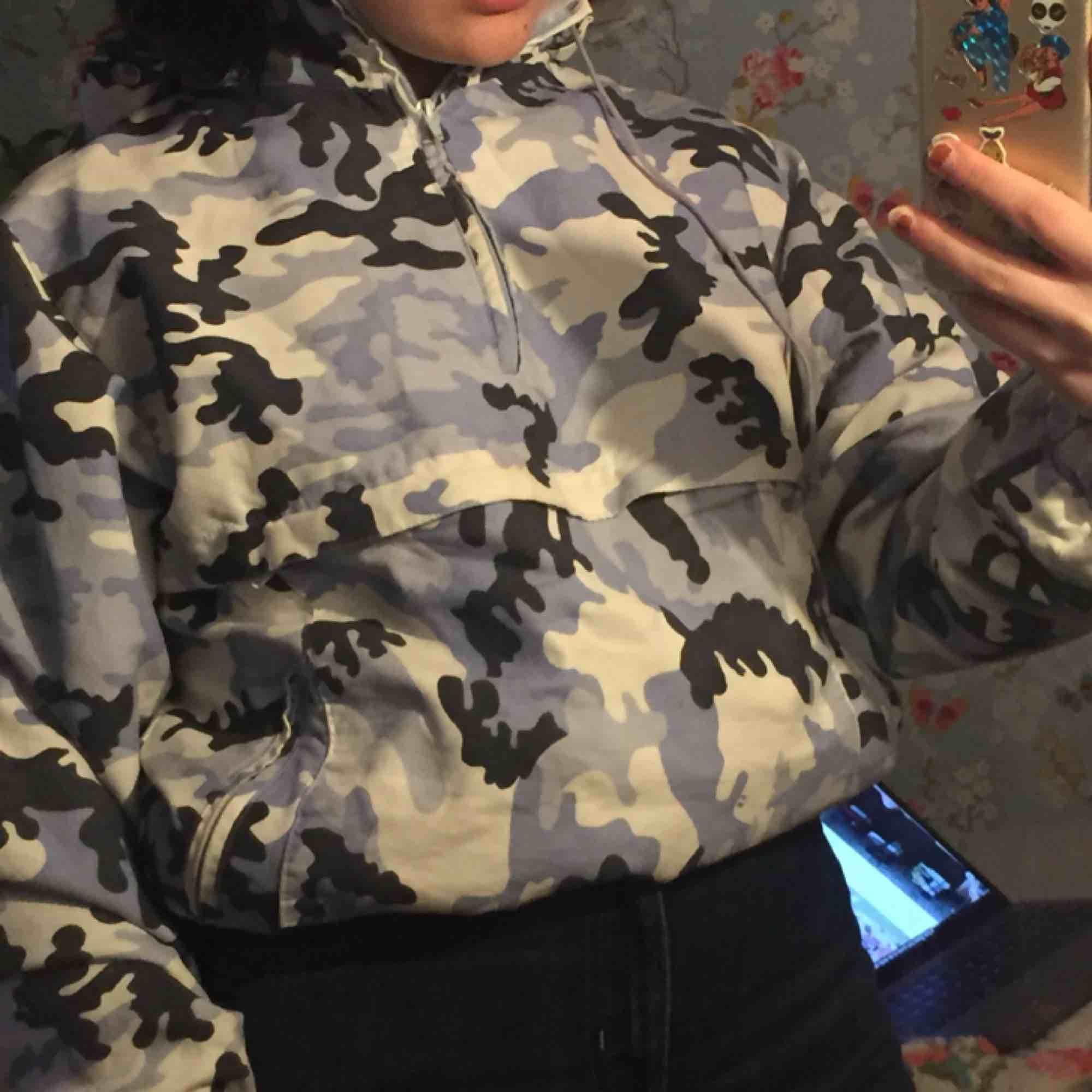 En kamouflage windbreaker jag köpte på humana för två år sedan. Inget märke på den. Den har en ficka där fram och en liten luva. Skulle passa XS-M . Tröjor & Koftor.