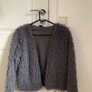 En grå pälskofta från Gina Tricot, nästan aldrig använd. Säljer för 150kr och köparen står för frakt (ca 80kr) Så totala  priset blir då ca 230kr 💓💓
