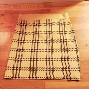 Gul kjol med brunt mönster i Twin Peaks stuk :) storlek M. Endast provad. Priset är inkl frakt 🌸