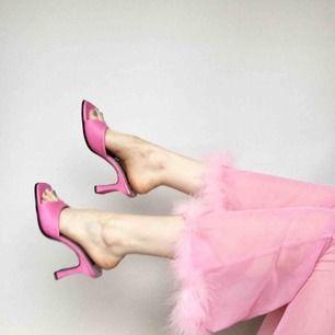 🍒 LEGALLY BLONDE🍒 Elle Woods, Cher Horowitz och Regina Georges bästa sko! 2 QT 4 Lyf! Detta par är begagnade och slitna med kärlek. Kan skicka fler bilder på slitage.Superfina att styla till en y2k bratz inspirerad stil. Frakt tillkommer. Puss o K 🍒
