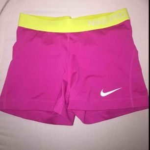 Korta Nike pro i storlek M men passar även S. Använda ett fåtal gånger, kan frakta och tar emot swish.