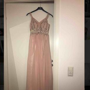 Rosa balklänning köpt för 2000kr. Använd endas en gång, så den är i fint skick, inga skador. Pris kan disskuteras vid snabb affär. Betalning sker via swish. Kan mötas upp i stockholm.