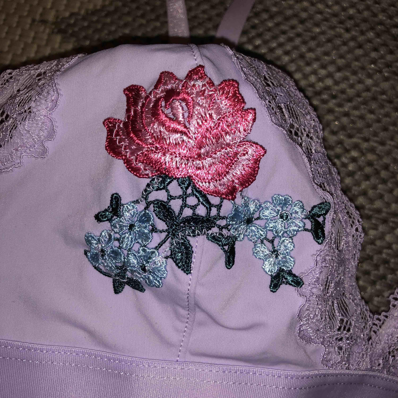 Ljuslila bygellös bh från H&M med broderade rosor. Accessoarer.