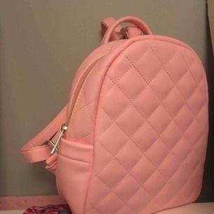 🌸Baby rosa mini ryggsäck från glitter🌸 Helt oanvänd, har däremot klippt bort ett par glittriga kaninöron från den(bild 2) möts upp i Sthlm eller så tillkommer frakt