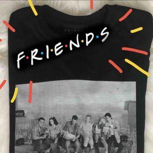 Helt ny FRIENDS rooftop t-shirt från AbsoluteCult! Lägger upp en till annons eftersom jag hade två, har sålt en men en är kvar! Står M men är en tight S eller lösare XS 🌙 älskar denna!