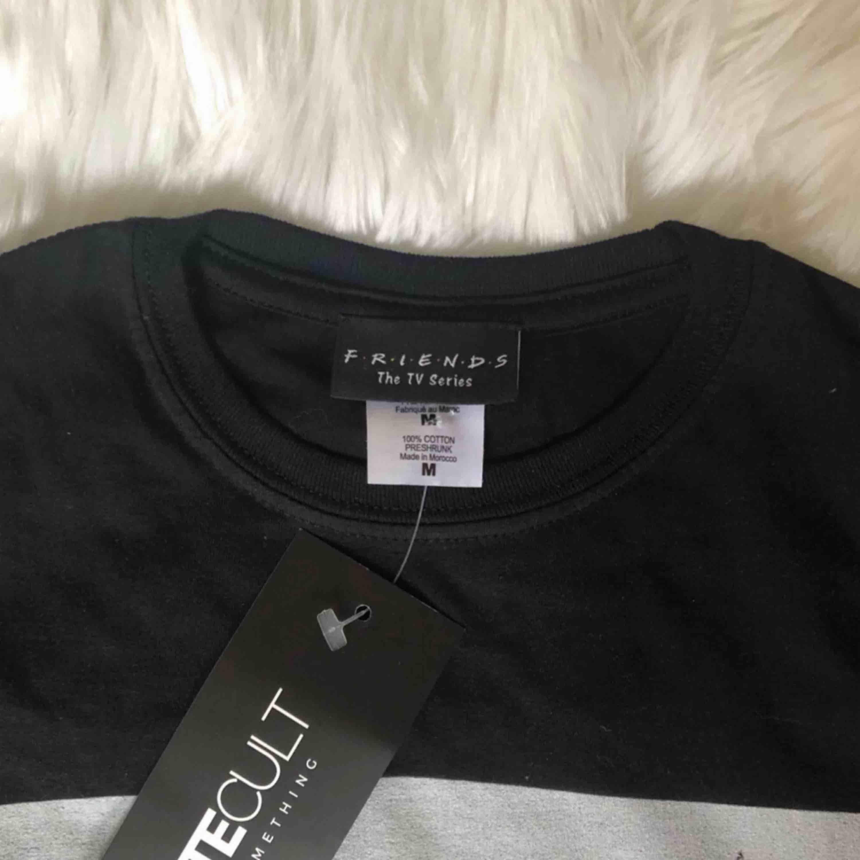 Helt ny FRIENDS rooftop t-shirt från AbsoluteCult! Lägger upp en till annons eftersom jag hade två, har sålt en men en är kvar! Står M men är en tight S eller lösare XS 🌙 älskar denna! . T-shirts.