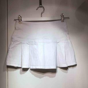 Snygg plisserad sportig kjol. Vit stretch. Frakt 39. Kan mötas upp i Uddevalla, Göteborg, Trollhättan eller Lilla Edet.
