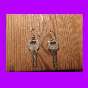 FRI FRAKT!!! Asballa örhängen gjorda utav nycklar. Perfekt skick, bara lite smuts på ena men jag kan koka dem innan jag fraktar om det önskas.💜