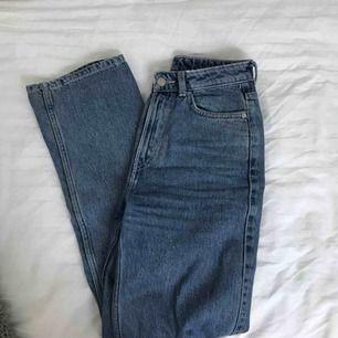 Originalpris: 500kr  Ett par jeans från Weekday i modell Row och i färg sky blue. Fraktar gärna men köpare står för fraktpris :)