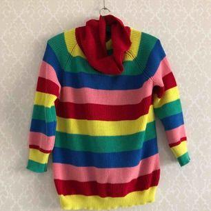 • Färgglad tröja som livar upp alla gråa dagar, baggy fit & kortare ärmar.  • Passar XS-M.  • Använd ett par enstaka gånger, tyvärr lite lösare sömmar/tråddrsgningar.  • + 63kr i frakt eller avhämtning