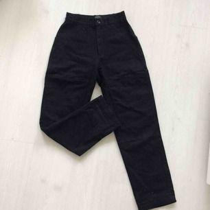 Coola utility trousers/workwear style! Svarta i grovt tyg, typ denimaktigt. Skitsnygga på! Hämtas i Malmö eller fraktar för 50kr💕