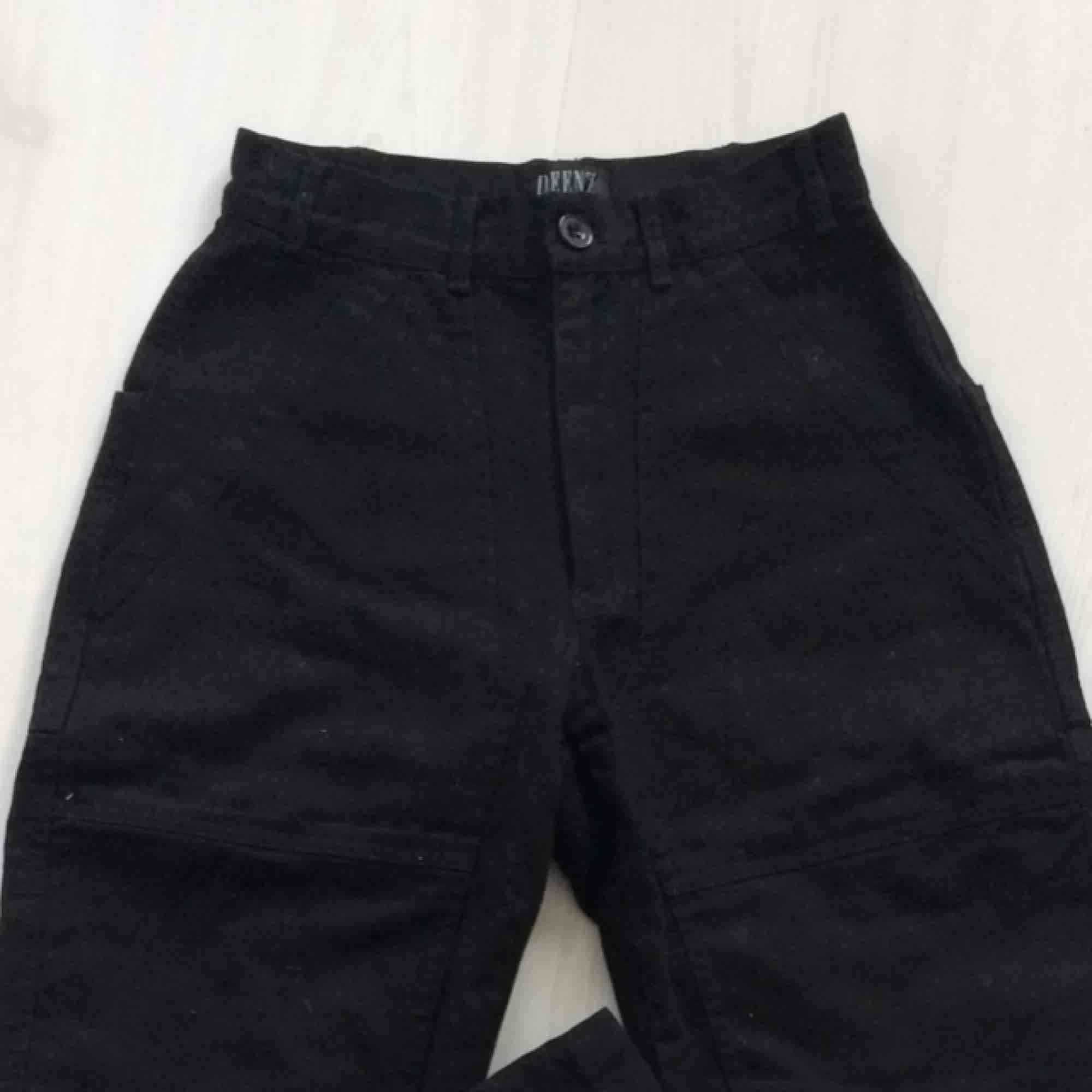 Coola utility trousers/workwear style! Svarta i grovt tyg, typ denimaktigt. Skitsnygga på! Hämtas i Malmö eller fraktar för 50kr💕. Jeans & Byxor.