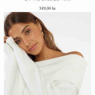 !!(OBS min tröja är svart, säljer alltså inte denna i vitt utan i svart)!!  Jättefin Off the shoulder tröja i storlek OneSize från Chiquelle. Använd typ 2 gånger så i alldeles nytt skick! Köparen står för frakten🖤