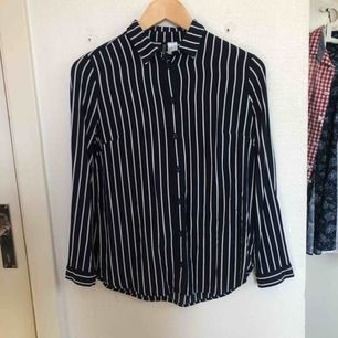 Jätteskön skjorta från Divided, storlek 32 men passar mig som använder XS och S. Säljer då jag inte använder den tillräckligt. Mörkblå med vita ränder. Köparen står för frakten!