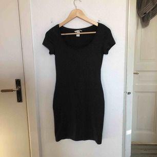 Jättefin och superskön mörkgrå basic klänning från H&M. Köparen står för frakten!