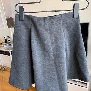 Kjol använd 1 gång från hm. Väldigt stretchig