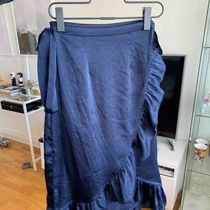 Kjol som aldrig är använd. Man knyter runt den själv vilket gör att den passar de flesta storlekar.