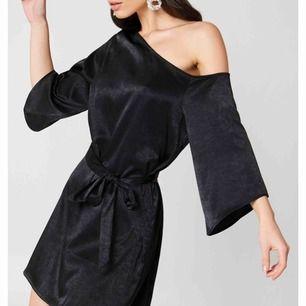 En helt slutsåld klänning från NA-KD i storlek 32 (passar mig som vanligtvis har 34). Inte använd så mycket så väldigt fint skick. Köparen står för frakten🖤