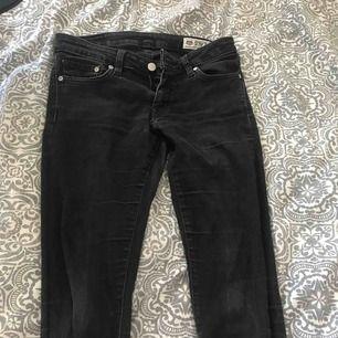 Snygga jeans från Crocker. Storlek 28/32, låg midja. Sitter snyggt på och passar de flesta! Orginalpris: 600, säljes för 100. Köpare står för eventuell frakt!