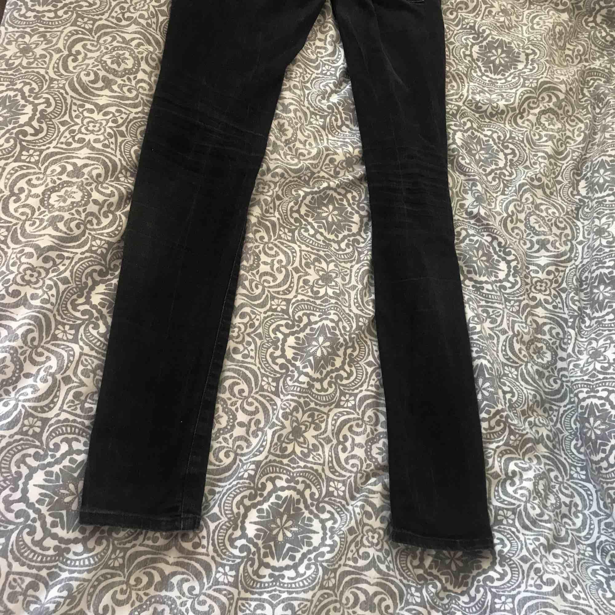 Snygga jeans från Crocker. Storlek 28/32, låg midja. Sitter snyggt på och passar de flesta! Orginalpris: 600, säljes för 100. Köpare står för eventuell frakt!. Jeans & Byxor.