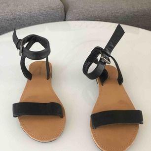 Sandaler i storlek 37, från Forever 21. Skorna kan antingen hämtas upp på söder i Växjö eller skickas, då står köparen för frakten.  Skickas så fort pengarna finns på mitt konto.