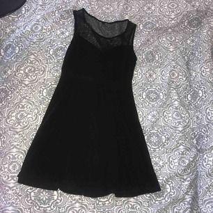En fin svart klänning med mest upptill. Klänningen är från H&M men lappen avklippta då den syntes genom meshen. Använd under en kväll.