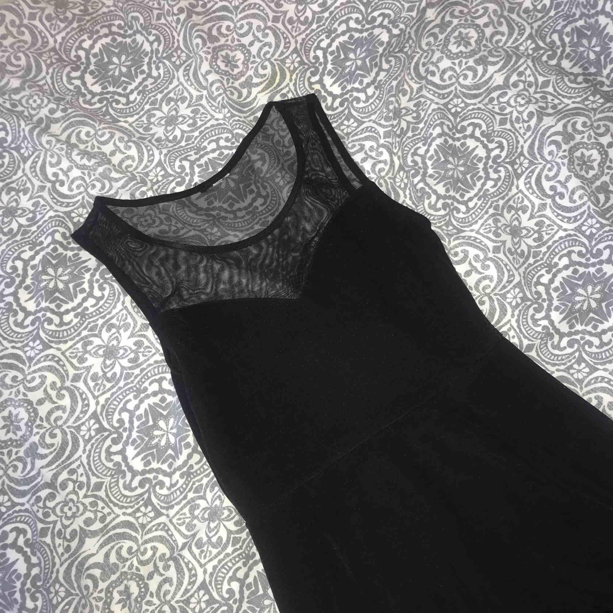 En fin svart klänning med mest upptill. Klänningen är från H&M men lappen avklippta då den syntes genom meshen. Använd under en kväll.. Klänningar.