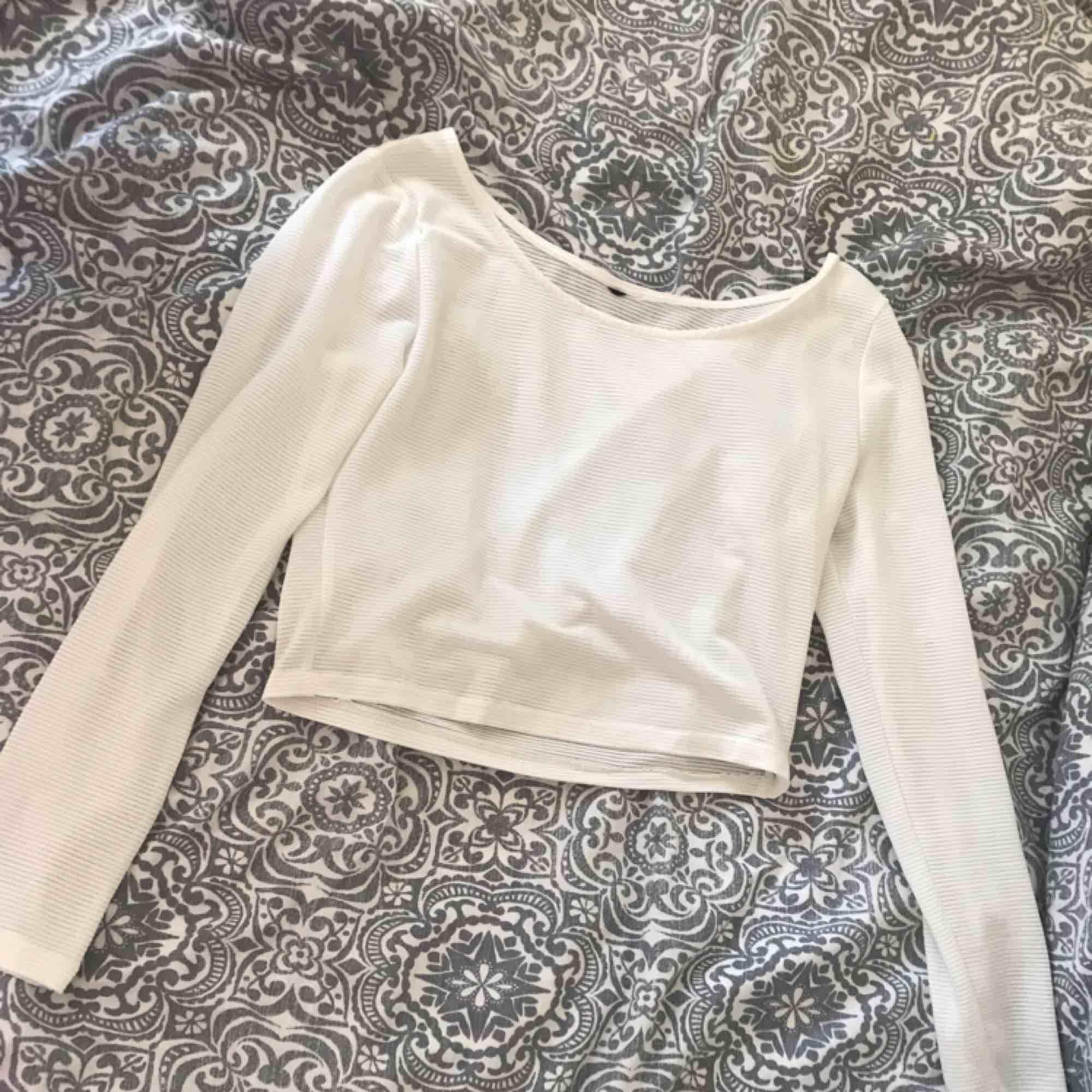 En vit tröja från H&M som är lite som en magtröja. Någorlunda genomskinlig så man kan ha en snygg bh under om så önskas. Lapp är bortklippt då den syntes igenom tyget. Använd en gång.. Toppar.
