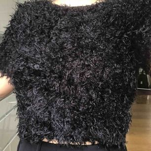 Svart, fluffig ish tröja från Est Sthlm. Den är ungefär till naveln men typ stretchig på längden (??) om man vill ha den lite längre haha   Frakt tillkommer