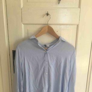Vit och blå randig skjorta/blus köpt på hm. Jätte fint fall. Knappt använd, inga skador. Storlek 36. Pris kan diskuteras. Köpare står för frakten kan även mötas upp i centrala Uppsala.