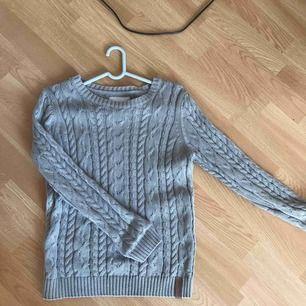 Kabelstickad tröja från Lager157. Märkt 150, men skulle säga S eller XS. Köparen står för frakt