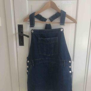 Blå jeans hängselklänning köpt på mango för 350 kr. Nyskick prislappen sitter kvar. Pris kan diskuteras. Köpare står för frakt kan även mötas upp i centrala Uppsala. Sitter jättefint på säljer eftersom den är lite stor på mig. Storlek s