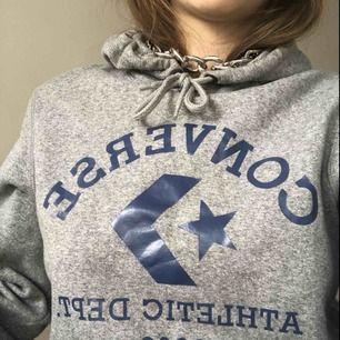 Converse one star hoodie,, grå med blått tryck och fickor där framme👍🏼 strl S men lite oversized skulle jag säga! Köparen får stå för frakt