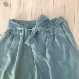 Blå/gröna byxor med knytning. Knytningen kan tas bort. Köpt för 350kr på Bikbok. Nyskick i storlek XS sitter jätte fint på tyvärr lite små för mig. Pris kan diskuteras. Köpare står för frakt kan även mötas upp i centrala Uppsala.