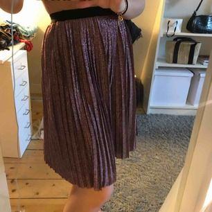 En kjol från NA-KD men märket är Moves. Storleken är XS. Den är använd endast ett få antal gånger i somras. Köparen står för frakten🖤