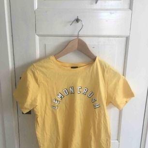 Gul tröja med tryck från Gina tryck. Nyskick. Köpare står för frakt kan även mötas upp i centrala Uppsala. Pris kan diskuteras