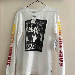 VANS x DISNEY helt oanvänd tröja med lappar kvar, nypris 399kr! Säljer pga fel storlek :(  frakt tillkommer