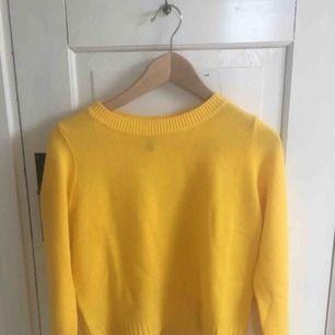 Gul stickad tröja från hm i nyskick knappt använd. Köpare står för frakt kan även mötas upp i centrala Uppsala. Pris kan diskuteras.