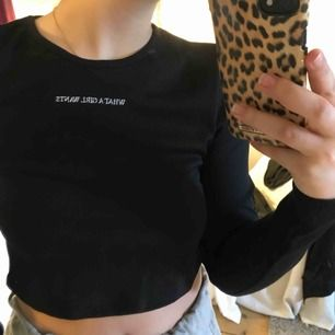 En croppad tröja från ASOS - pretty little thing. Storlek 36 men passar bra på mig som vanligtvis har 34. Aldrig använd, prislapp kvar. Köparen står för frakten🖤