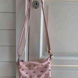 Rosa väska med guldiga nitar, använd 2-3 gånger
