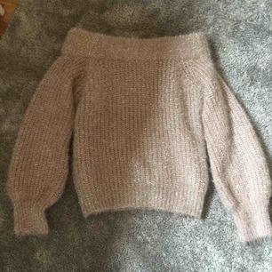 Rosa, glittrig offshoulder tröja från GinaTricot. Sitter lite oversized, köpare står för frakt! 😊