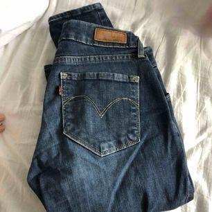"""Levi's """"bold curve skinny"""" jeans storlek 28 (passar S) Nypris- 899 Säljes pga dem är för små på mig"""
