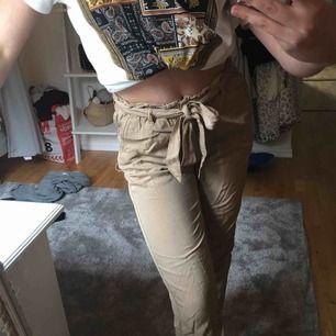 Assnygga beiga paperbag-byxor (när de är strykna). Använda typ 1 gång, köpare står för frakt! 😊